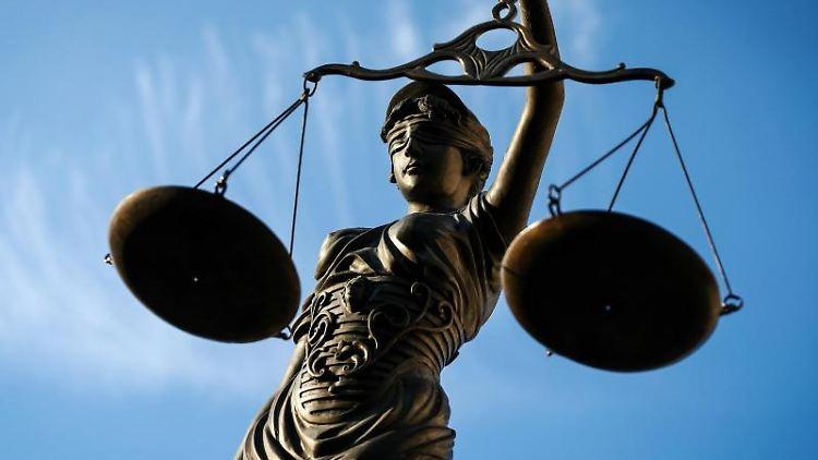 Eine Statue der Justitia hält eine Waage in der Hand. Foto: David-Wolfgang Ebener/dpa/Symbolbild