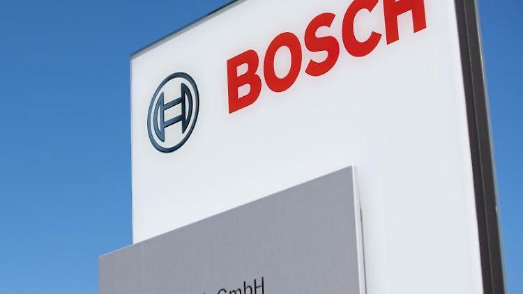 Das Logo der Firma Bosch ist am Werksgelände zu sehen. Foto: Tom Weller/dpa/Archivbild