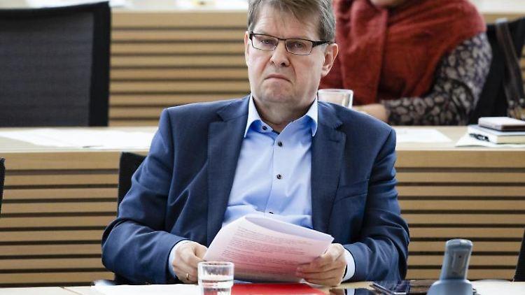 Ralf Stegner (SPD) sitzt im Plenarsaal. Foto: Frank Molter/dpa/Archivbild
