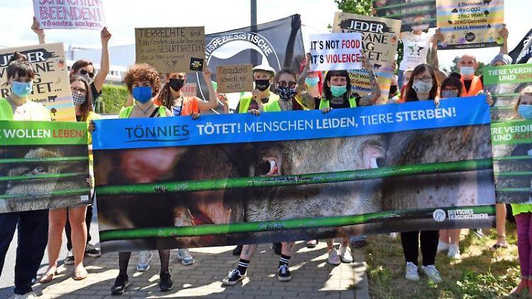 Aktivistinnen und Aktivisten des Deutschen Tierschutzbüros demonstrieren. Foto: Hendrik Schmidt/dpa-Zentralbild/dpa/Archivbild