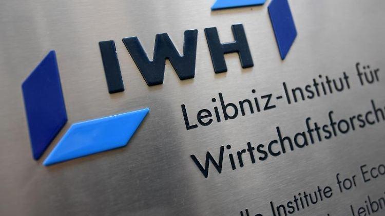 Blick auf das Logo des Leibniz-instituts für Wirtschaftsforschung Halle (IWH). Foto: Hendrik Schmidt/dpa-Zentralbild/dpa