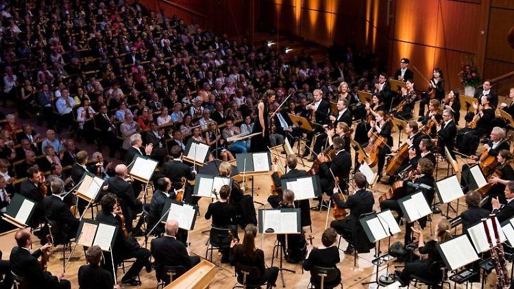 Das NDR Elbphilharmonie Orchester spielt zum Auftakt des SHMF 2019. Foto: Daniel Bockwoldt/dpa/Archivbild