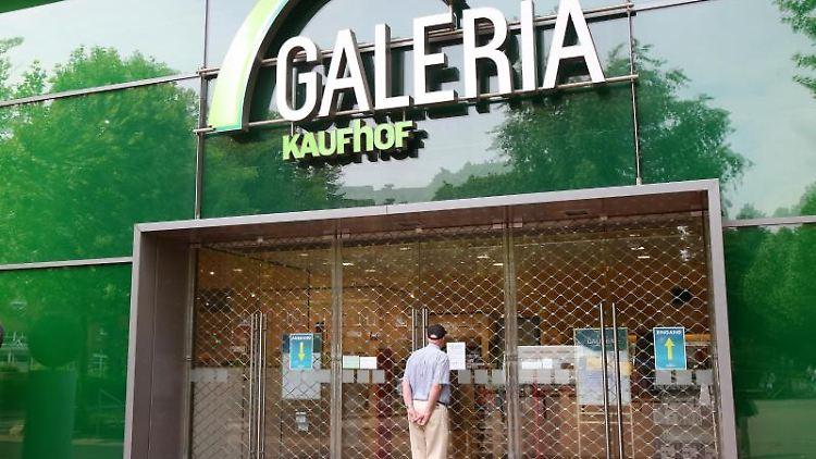 Ein Passant steht vor einer geschlossenen Galeria-Kaufhof-Filiale. Foto: Bodo Marks/dpa/Archivbild
