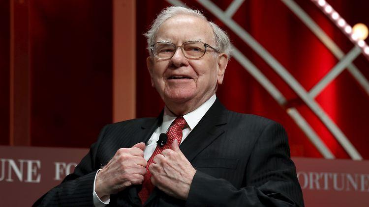 Von dem Geld könnte sich Warren Buffett ein paar feine Anzüge kaufen, er investiert aber lieber anders.