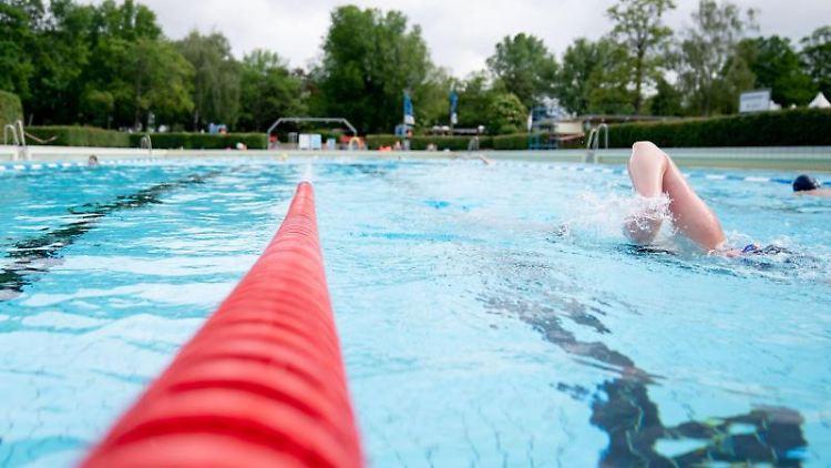 Freizeitsportler schwimmen im Sommerbad Wilmersdorf. Foto: Kay Nietfeld/dpa/Archivbild