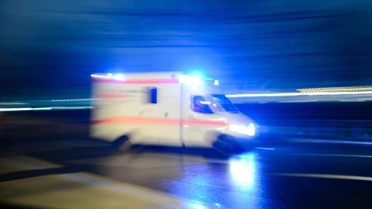 Ein Rettungswagen fährt auf der Straße mit Blaulicht entlang. Foto: Lukas Schulze/dpa/Symbolbild