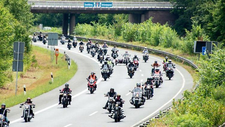 Motorradfahrer fahren während einer Demo auf einer Autobahn. Foto: Hauke-Christian Dittrich/dpa/Archivbild