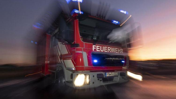 Ein Feuerwehrfahrzeug mit eingeschaltetem Blaulicht. Foto: Patrick Seeger/dpa/Archivbild