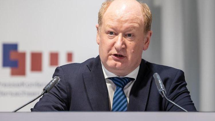 Reinhold Hilbers (CDU) bei einer Kabinetts-Pressekonferenz. Foto: Moritz Frankenberg/dpa/Archivbild
