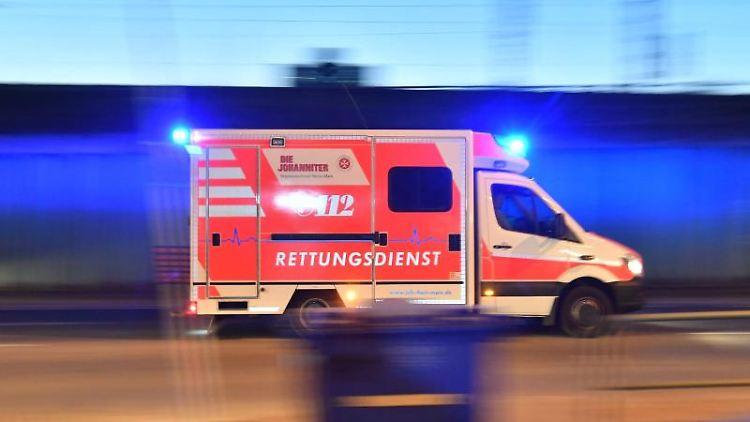 Ein Rettungswagen ist mit eingeschaltetem Blauchlicht im Einsatz. Foto: Boris Roessler/dpa/Archivbild