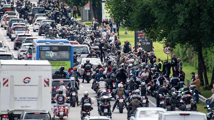 Motorradfahrer fahren imVerkehr bei einer Demo. Foto: Matthias Balk/dpa