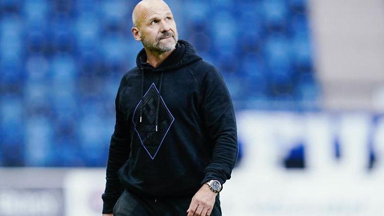 Mannheims Trainer Bernhard Trares geht übers Spielfeld. Foto: Uwe Anspach/dpa/Archivbild