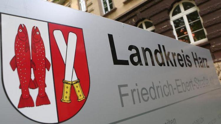 Blick auf das Wappen des Landkreises Harz am Landratsamt. Foto: Matthias Bein/dpa-Zentralbild/dpa