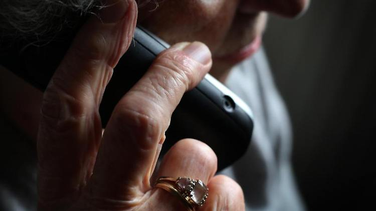 Eine ältere Frau telefoniert mit einem schnurlosen Festnetztelefon. Foto: Karl-Josef Hildenbrand/dpa/Illustration