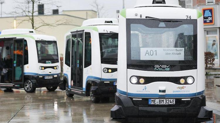 Autonom fahrende, elektrische Busse stehen am Busbahnhof in Monheim. Foto: Oliver Berg/dpa/Archivbild