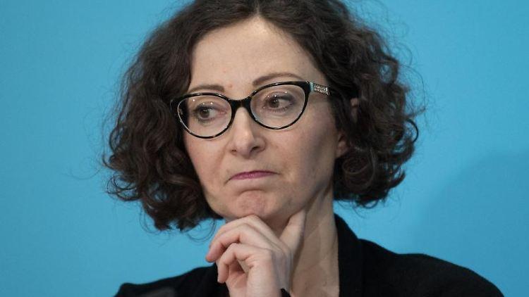 Ramona Pop (Bündnis 90/Die Grünen) spricht bei einer Pressekonferenz. Foto: Jörg Carstensen/dpa/Archivbild