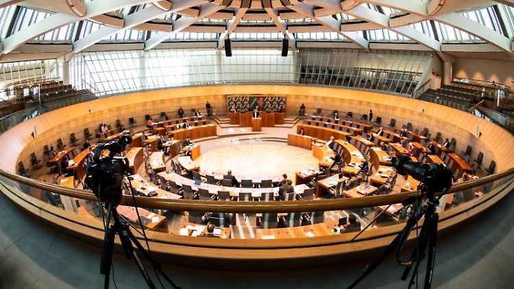 Eine angebliche Landesbürgschaft für den FC Schalke 04 soll in einer Sondersitzung im Landtag thematisiert werden. Foto: Federico Gambarini/dpa/Archivbild