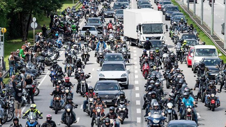 Motorradfahrer bei einer Motorrad-Demo gegen Fahrverbote an Wochenenden und Feiertagen. Foto: Matthias Balk/dpa/Archivbild