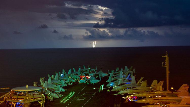Militärjets stehen auf dem Flugdeck des Flugzeugträgers USS Nimitz im Südchinesischen Meer