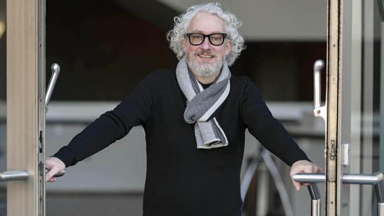 Peter Spuhler, Generalintendant des Badischen Staatstheaters Karlsruhe, schaut in die Kamera. Foto: Uli Deck/dpa