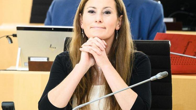 Janine Wissler (Die Linke), Fraktionsvorsitzende in Hessen, sitzt im Plenarsaal. Foto: Andreas Arnold/dpa