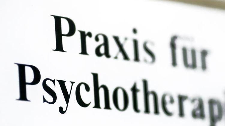 Ein Schild weist auf eine Praxis für Psychotherapie hin. Foto: Jens Wolf/zb/dpa/Archivbild