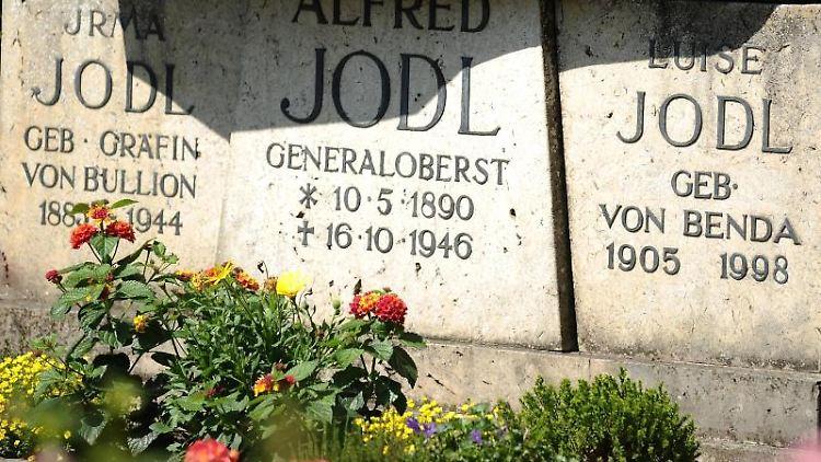 Das Grab von Alfred Jodl auf dem Friedhof auf der Fraueninsel im Chiemsee. Foto: Angelika Warmuth/dpa/Archivbild