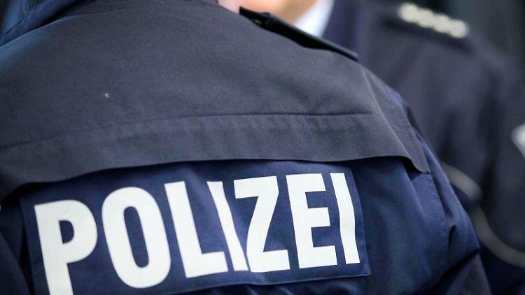 Zwei Polizisten stehen beieinander. Foto: Friso Gentsch/dpa/Symbolbild