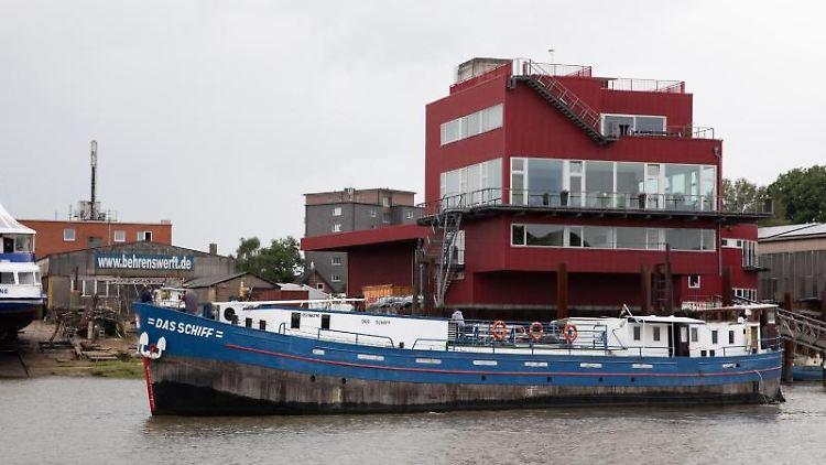 Das Hamburger Theaterschiff legt an der Behrenswerft in Finkenwerder an um dort grundsaniert zu werden. Foto: Christian Charisius/dpa