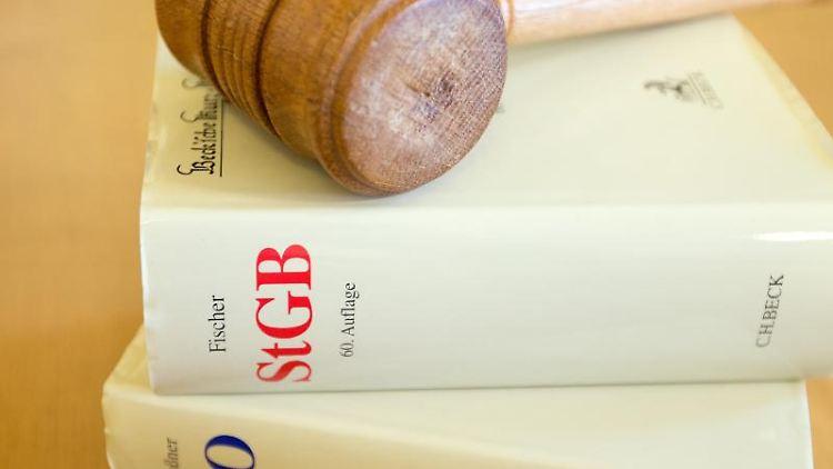Ein Richterhammer und ein Strafgesetzbuch liegen auf einem Tisch. Foto: picture alliance / dpa / Archivbild