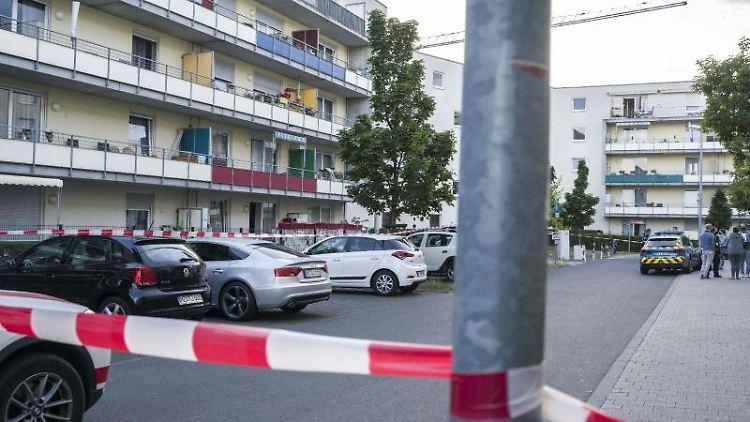 Der weiträumig abgesperrte Tatort (links hinten) in Mainz-Gonsenheim. Foto: Frank Rumpenhorst/dpa