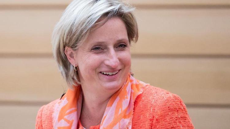 Wirtschaftsministerin Nicole Hoffmeister-Kraut nimmt an einer Landtagssitzung teil. Foto: Tom Weller/dpa/Archivbild