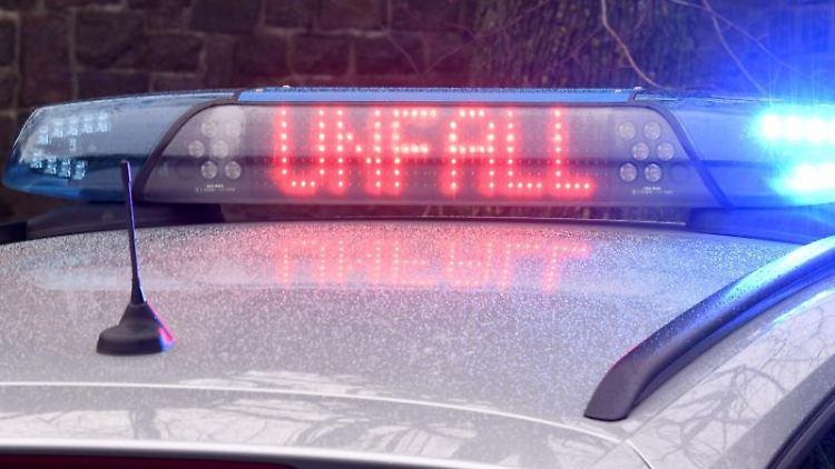 Ein Streifenwagen der Polizei steht mit Blaulicht an einer Unfallstelle. Foto: Carsten Rehder/dpa/Symbolbild