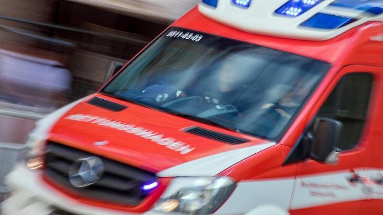 Ein Rettungswagen fährt mit Blaulicht durch die Innenstadt. Foto: Jens Büttner/dpa-Zentralbild/dpa/Symbolbild
