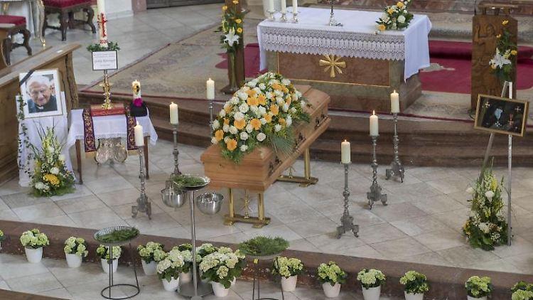 Der Sarg von Domkapellmeister Georg Ratzinger steht im Dom. Foto: Uwe Moosburger/Bistum Regensburg/dpa