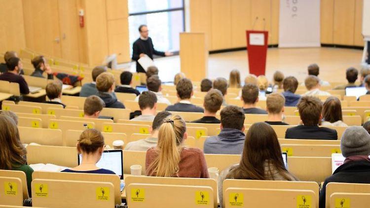 Ohne gutes Abitur kein Studienplatz: Angehenden Studenten steht vielerorts der sogenannte Numerus Clausus im Weg. Foto: Daniel Reinhardt/dpa/Archivbild