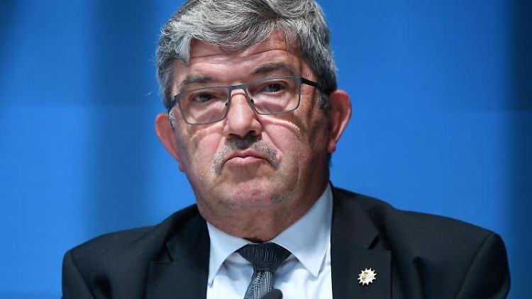 Lorenz Caffier (CDU), Innenminister von Mecklenburg-Vorpommern, spricht bei einer Pressekonferenz. Foto: Martin Schutt/dpa-Zentralbild/dpa