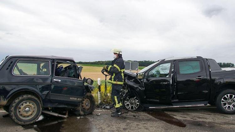 Ein Feuerwehrmann steht zwischen den beiden Unfallfahrzeugen. Foto: Dettenmeyer/SDMG/dpa