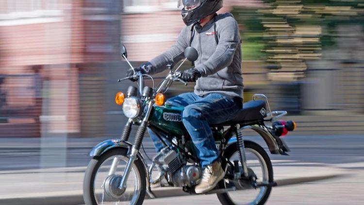 Ein Fahrlehrer fährt auf einem Simson S51 Moped. Foto: Hendrik Schmidt/zb/dpa/Archivbild