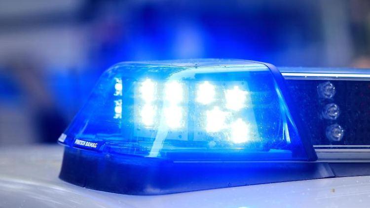Ein Fahrzeug der Polizei ist mit Blaulicht im Einsatz. Foto: Jens Wolf/dpa-Zentralbild/dpa/Symbolbild