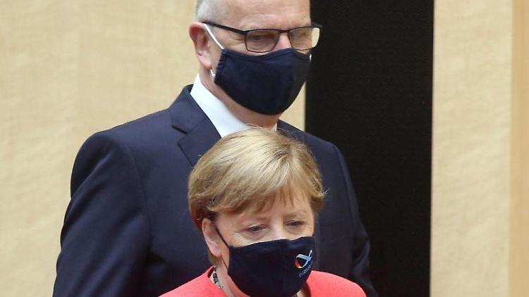 Angela Merkel (CDU) und Dietmar Woidke (SPD) im Plenarsaal des Bundesrats. Foto: Wolfgang Kumm/dpa/Archivbild