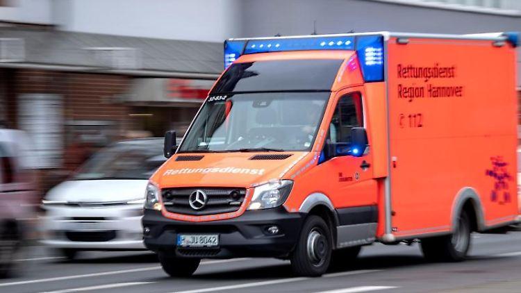 Ein Rettungswagen fährt mit Blaulicht zu einem Einsatz. Foto: Sina Schuldt/dpa/Archivbild