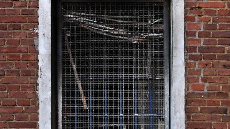 Spuren des Brandes in der Zelle 143 sind in der Klever Justizvollzugsanstalt zu sehen. Foto: Markus van Offern/dpa/Archivbild