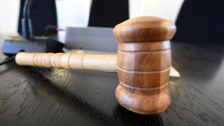 Auf einer Richterbank im Landgericht liegt ein Richterhammer aus Holz. Foto: Uli Deck/dpa/Archivbild