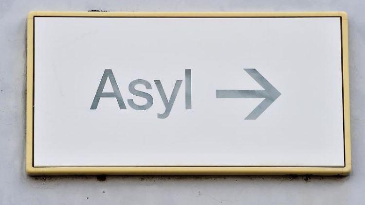 Die Zahl der Asylbewerber, die vom Staat Geld für ihren Lebensunterhalt bekommen, ist im vergangenen Jahr erneut zurückgegangen. Foto: Uli Deck/dpa/Archivbild