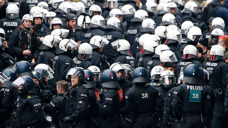 2015-10-25T120000Z_411490599_LR1EBAP11YE5K_RTRMADP_3_GERMANY-PROTEST.JPG