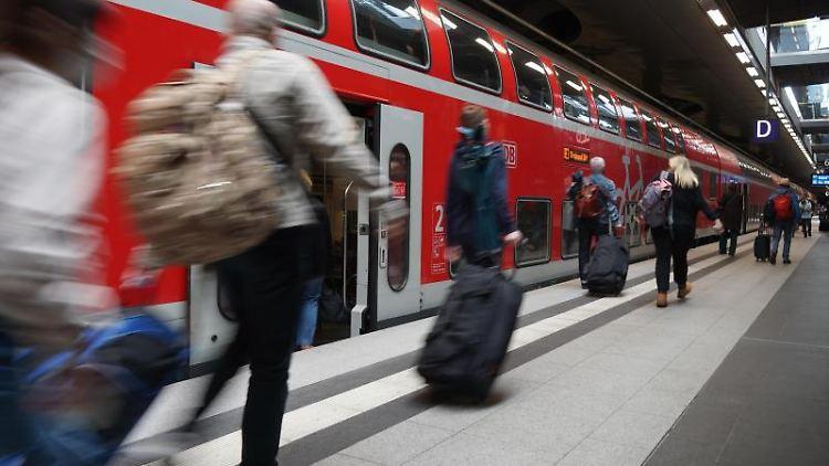 Reisende steigen in einen Regionalexpress nach Angermünde. Foto: Jörg Carstensen/dpa