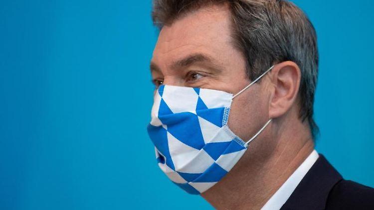 Markus Söder (CSU), Ministerpräsident von Bayern, trägt einen Mundschutz. Foto: Sven Hoppe/dpa/Archivbild