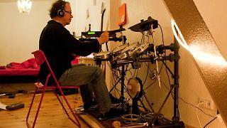 Podest und Teppich als Schalldämpfer: Damit verhindern Musiker, dass der Sound ihres Schlagzeugs durch den Fußboden dröhnt. (Bild: Warnecke/dpa/tmn)
