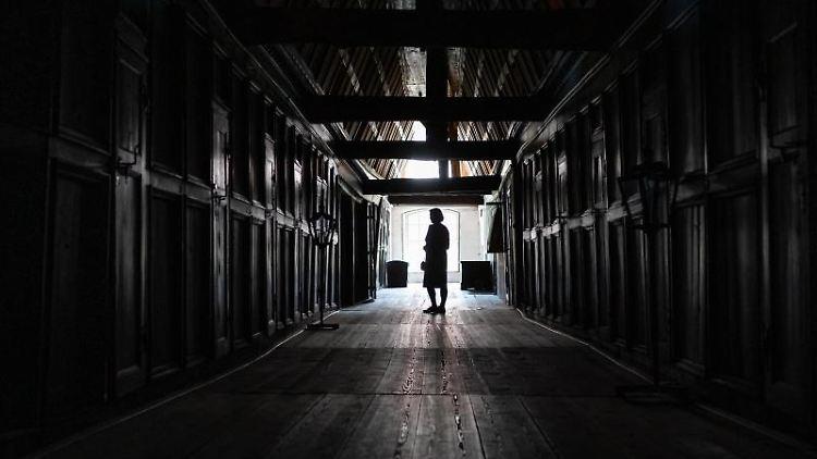 Eine Frau steht im Sarggang des Klosters Lüne. Foto: Philipp Schulze/dpa/Symbolbild